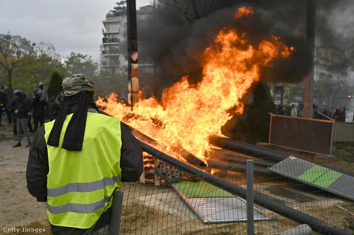 Sárgamellényes tüntető a Place d'Italie téren, szombaton, a megmozdulások egyéves évfordulóján