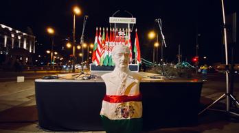 A Mi Hazánk Mozgalom fehér lovon vonult be a Gellért térre