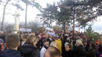 Ipari kikötő megépítése ellen demonstráltak a Balatonnál