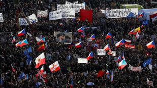 Százezrek követelték a cseh kormányfő lemondását Prágában
