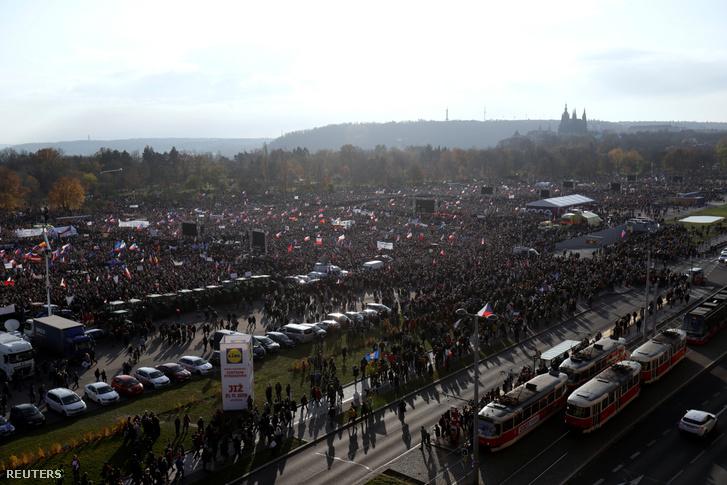 Tömegek tüntettek szombaton Párágban, a kormány ellen, a bársonyos forradalom 30. évfordulója előtt egy nappal