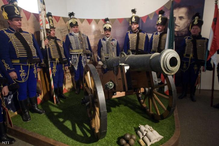 Gábor Áron vélhetően utolsó megmaradt ágyúja A szabadságharc ereklyéi című kiállításon Székelyudvarhelyen a Haáz Rezső Múzeumban 2015. április 2-án.
