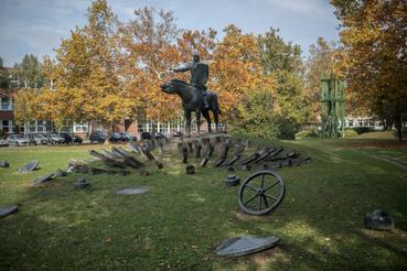 Egy egész parkot behálóz a kompozició Hunyadivárosban