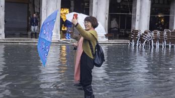 Az elárasztott Velencében szelfiznek a turisták