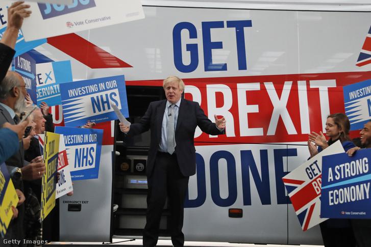 Boris Johnson konzervatív párti brit miniszterelnök kampánybusza mellett beszél támogatóihoz Manchesterben 2019. november 15-én.