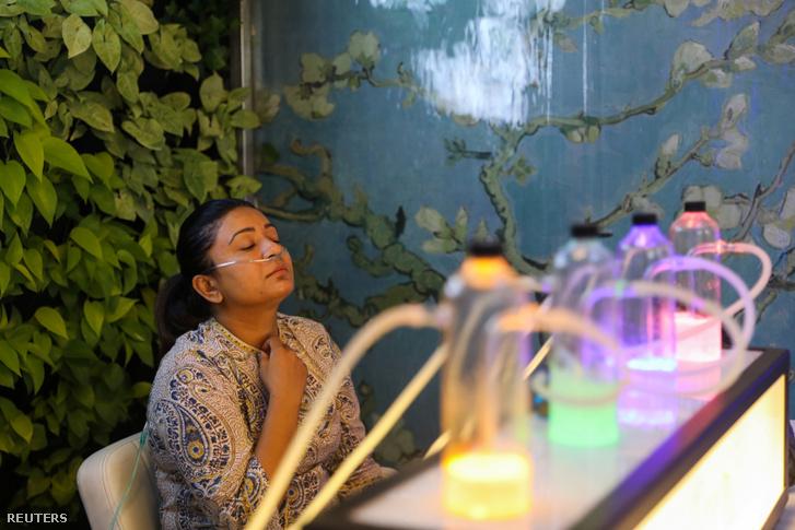Vendég az első oxigén bárban Új-Delhiben 2019. november 15-én.