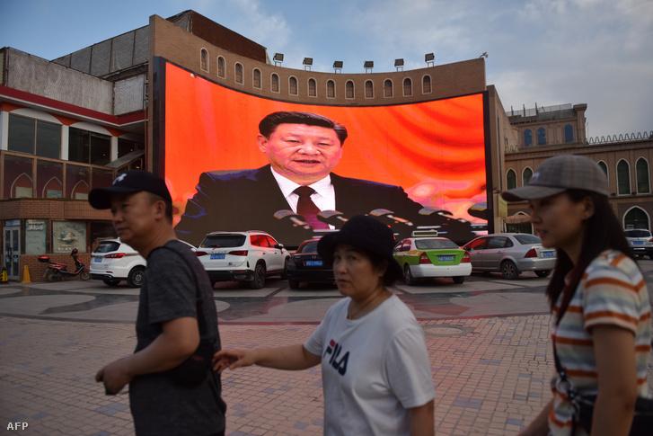 Hszi Csing-ping egy nagy képernyőn Kasgarban, Kína Hszincsiang régiójában 2019. június 4-én.