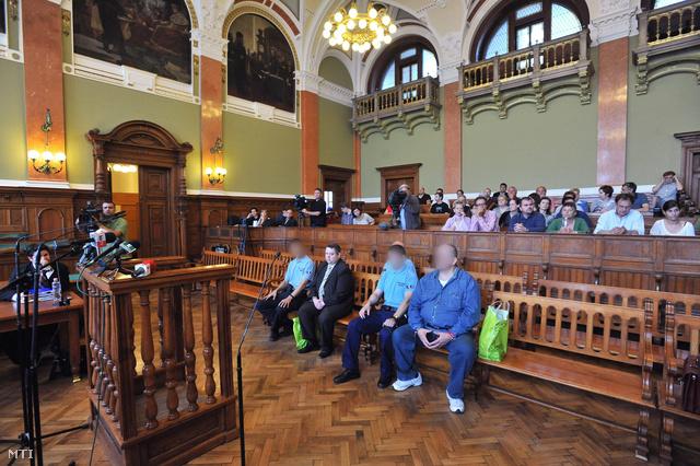 Deme Gábor másodrendű vádlott (első sor b2) és Kun Tamás elsőrendű vádlott (j) ül a vádlottak padján