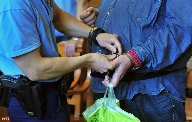 Leveszik a bilincset Kun Tamás elsőrendű vádlott kezéről