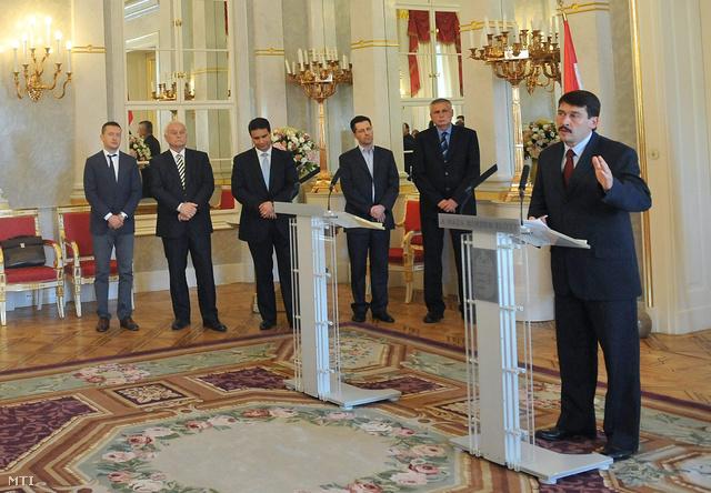 Áder János köztársasági elnök, Rogán Antal, a Fidesz frakcióvezetője (b), Harrach Péter a KDNP frakcióvezetője (b2), Mesterházy Attila, az MSZP elnöke, frakcióvezetője (b3), Schiffer András, az LMP képviselője (b4) és Balczó Zoltán, a Jobbik frakcióvezető-helyettese (b5)
