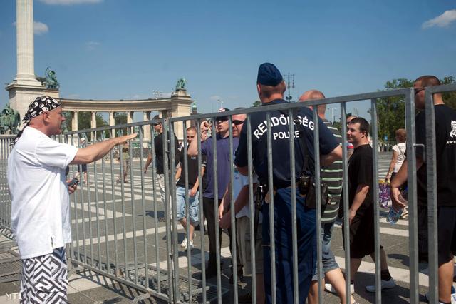 Demonstrálók és ellentüntetők veszekszenek a kordonnál a Hősök teré