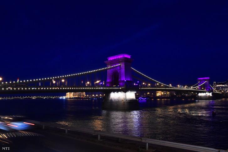A koraszülöttek világnapja alkalmából lila fénnyel megvilágított Lánchíd 2019. november 17-én.