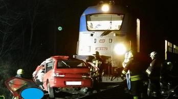 Autóban ülőket gázolt halálra egy vonat Vácnál