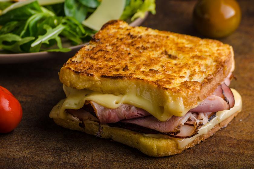 Töltött bundás kenyér sok sajttal és sonkával: ezt az egész család imádja