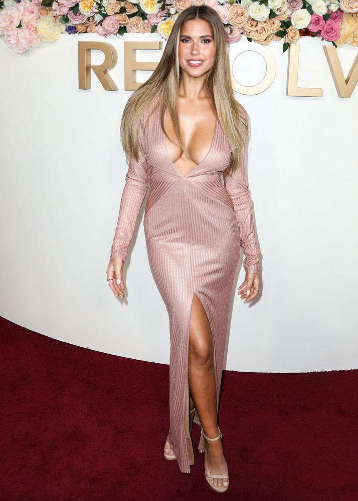 Éles váltás: Kara Del Toro nem szégyenlősködött, és felkapta a dresszkódnak megfelelő szerkót, még annak ellenére is, hogy a keblei majdnem megszöktek a ruhájából.