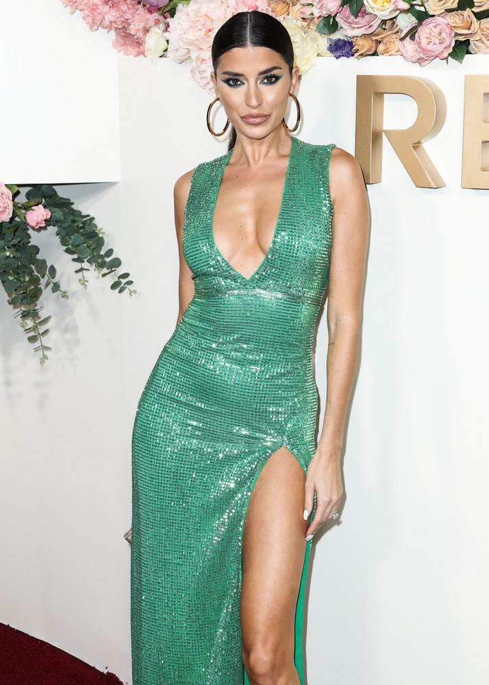 Nicole Williams English is V-alakban dekoltált, lábvillantós ruhát választott az eseményre, és ezzel nem csak a két szóban forgó modell volt így.