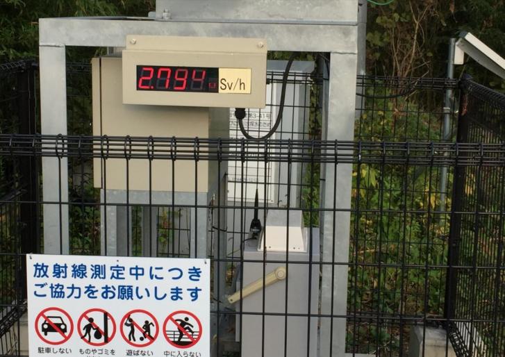 Dózismérő állomás a fukusimai evakuált zónában
