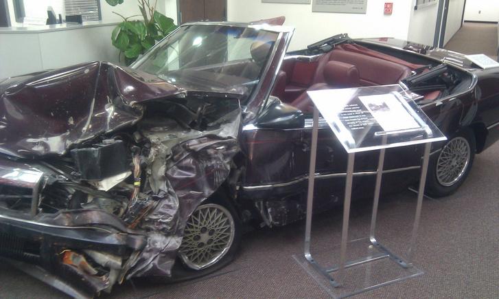 Az egyik résztvevő, egy Chrysler LeBaron. A szemből érkező, szintén légzsákkal szerelt autó is egy LeBaron volt. Mind a két sofőr túlélte