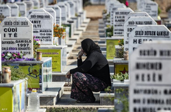 Szíriai kurd asszony gyászolja az elhunytakat a Qamishli temetőben Hasakeh megyében, ahol a kurd SDF erők elesett katonáit temették a Ras Al-Aini török és török hátterű szír katonákkal vívott harc után 2019. november 7-én