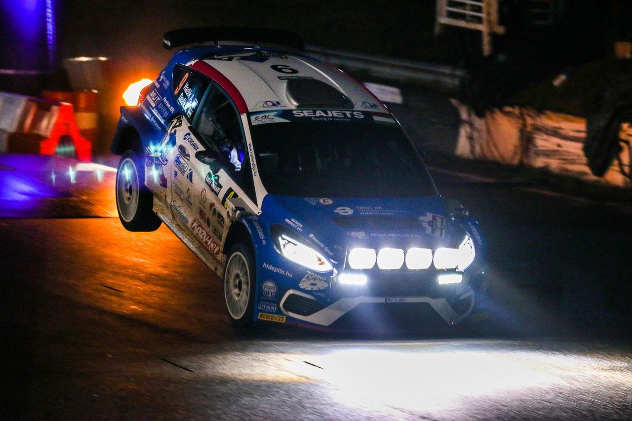 A Hadik Rallye Team jóvoltából most először láthattunk Magyarországon MKII-es Ford Fiesta R5-öt versenyezni. A 2018-as magyar bajnok a Rally Hungaryn debütált új versenyautójával és bár voltak bíztató részeredményei, ezúttal nem sikerült a nyíregyházi célbaérés.