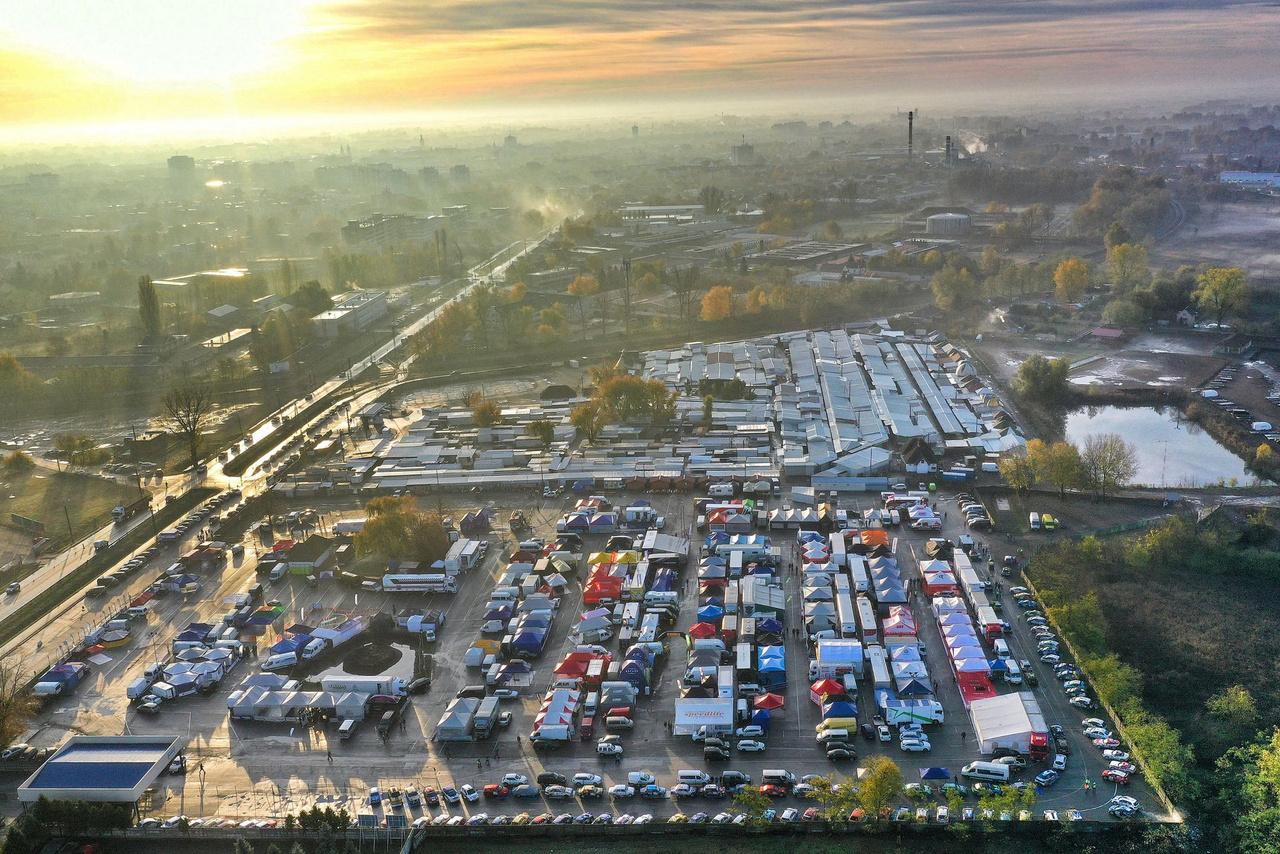 Ébredezik a szervizpark a nyíregyházi KGST piac parkolójában. A versenyre összesen közel 120 páros nevezett, az autók ugyan még a zárt parkolóban (kép alja) álltak, a sátrak alatt azonban már javában zajlott az előkészítő munka. Kulcsfontosságú kérdés volt a gumiválasztás, a versenyt rengeteg defekt jellemezte. Akik nem a Hankook abroncsokat választották, akár 4-5 defektet is könnyen összeszedhettek.