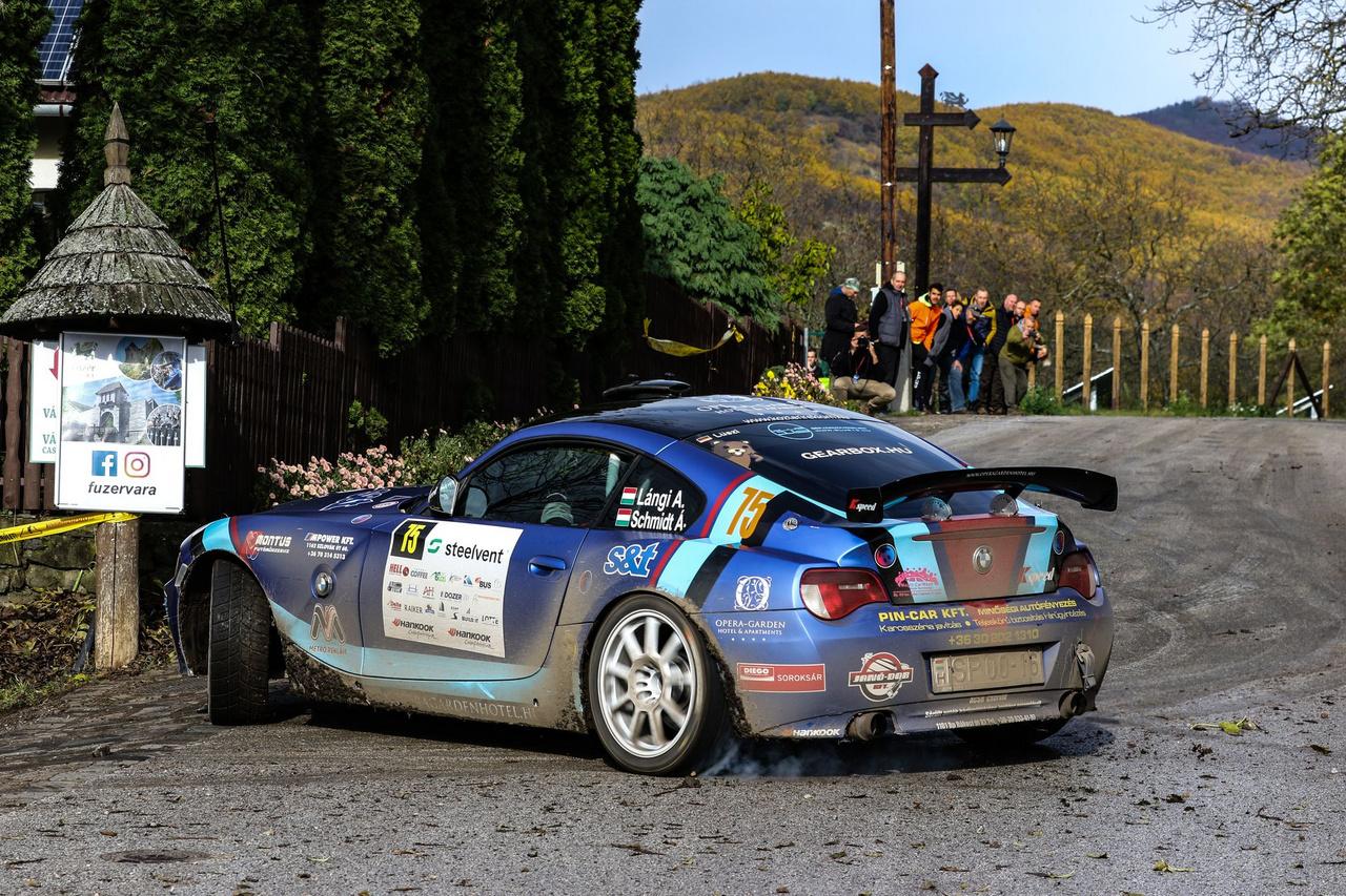 """A magyar raliszurkolók már jól ismerhetik Lángi Attila Z4-es BMW-jét, de Európa-bajnoki futamon nem sűrűn láthatunk ilyet (még ha Atiék ezúttal """"csak"""" a magyar mezőnybe is neveztek.) A legtöbb fan már hangjáról megismeri a bajor csodát, mellyel legtöbbször kifejezetten látványosan autóznak a srácok. Most sem volt ez másképp!"""
