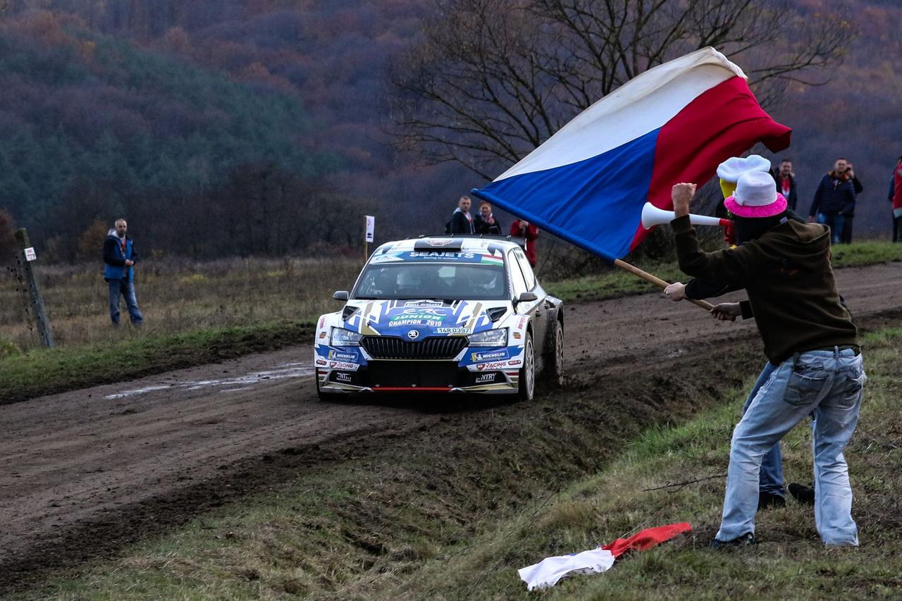 A Rally Hungaryra a környező országokból is rengetegen érkeztek. A képen látható cseh szurkolók épp az idei junior ERC bajnok Mares-Hlousek párosnak lengetik zászlójukat, akik az első nap végén, az abszolút negyedik helyről kényszerültek kiállni.
