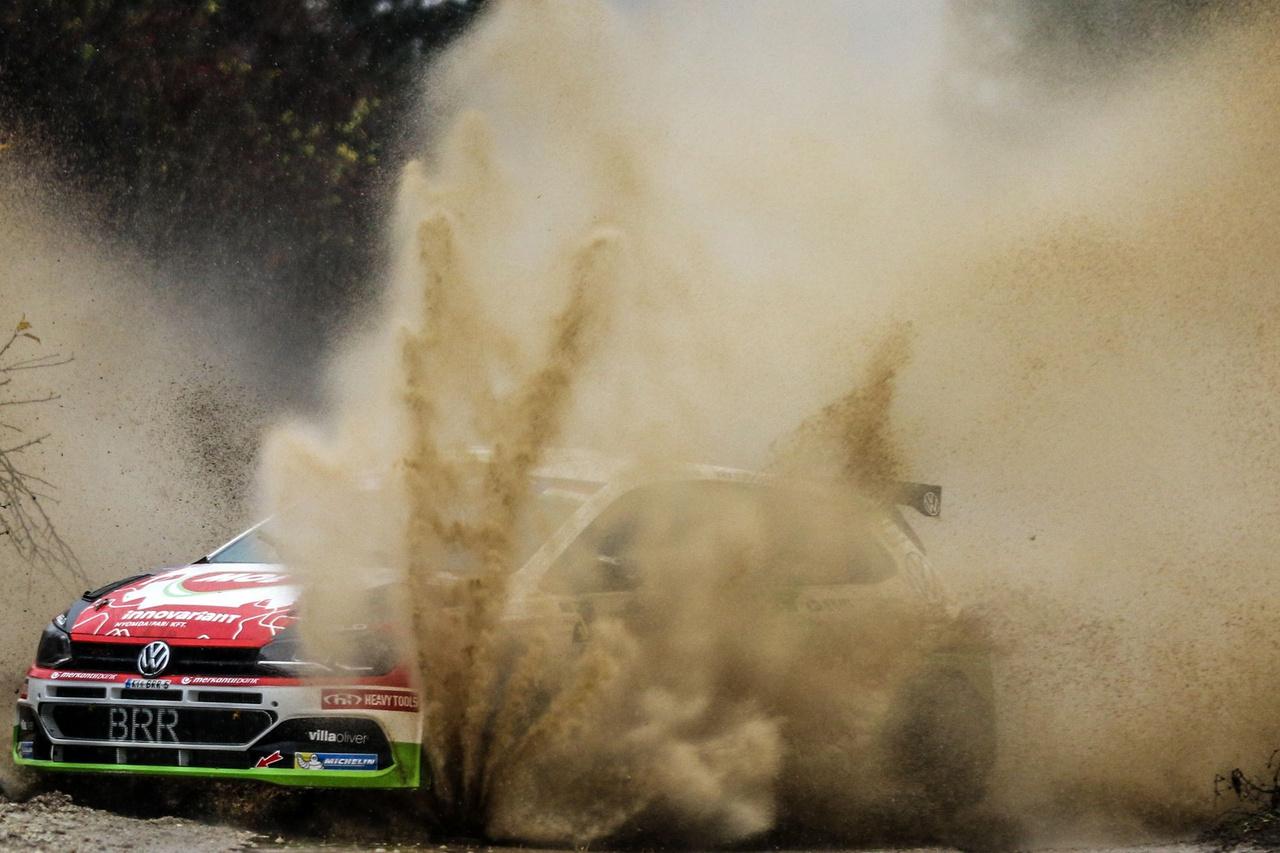 Négy defektet követően is ötödik hely a versenyen, valamint az éves értékelésben is. Így lehetne röviden összefoglalni Herczig Norbi és Ferencz Ramón nyíregyházi hétvégéjét. Az ERC sorozat állandó magyar résztvevője, a MOL Racing Team párosa a verseny előtt az összetett ötödik hely megszerzését tűzte ki elsődleges célul, de nem titkolták azt sem, hogy minél jobb helyezésre törekednek majd a sorozat utolsó, magyar versenyén. Talán a szurkolók is Herczig Norberttől várták a legjobb magyar eredményt, de az első napi három, majd az utolsó gyorson szerezett negyedik defekt megpecsételte a mezőny egyetlen volkswagenes párosának eredményét. Összességében azért így sincs okuk panaszkodásra, hiszen a 2018-as eredményükhöz képest sikerült az Európa-bajnokságon egy helyet előre lépniük és az abszolút ötödik pozícióban zárták az évet az ERC értékelésben. Égéstér Herczig Norbival!