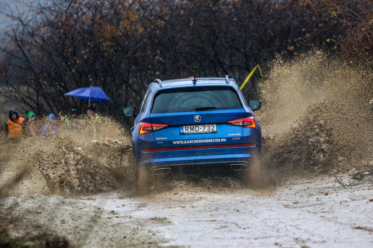 A versenyhez hasonlóan a képeket is a záróautóval zárjuk. Bár a Kodiaq RS 4X4-es, így sem lehetett egyszerű dolga Géczy Tamásnak végig menni a mezőny után utcai Skodájával.