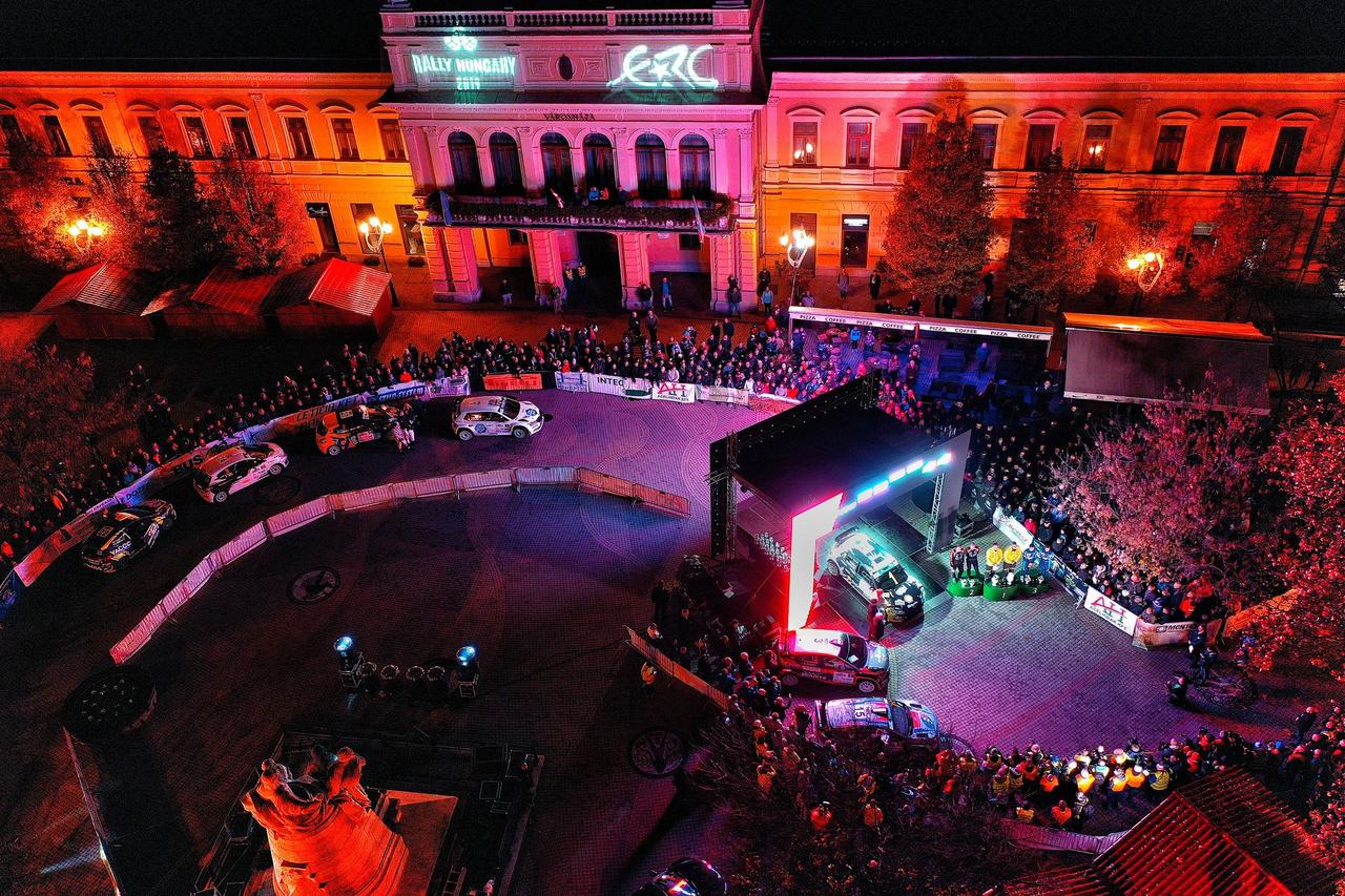 A Városháza előtt felállított céldobogón a verseny első három helyezettje, mögöttük pedig a fehér Fabiával 2019 ERC bajnoka várakozik. A korábbi WRC-s és mostani nyíregyházi eredményét is figyelembe véve újfent kijelenthető, hogy a nemzetközi eredményeket tekintve jelenleg még mindig Turán Frigyes a legsikeresebb magyar ralipilótánk.