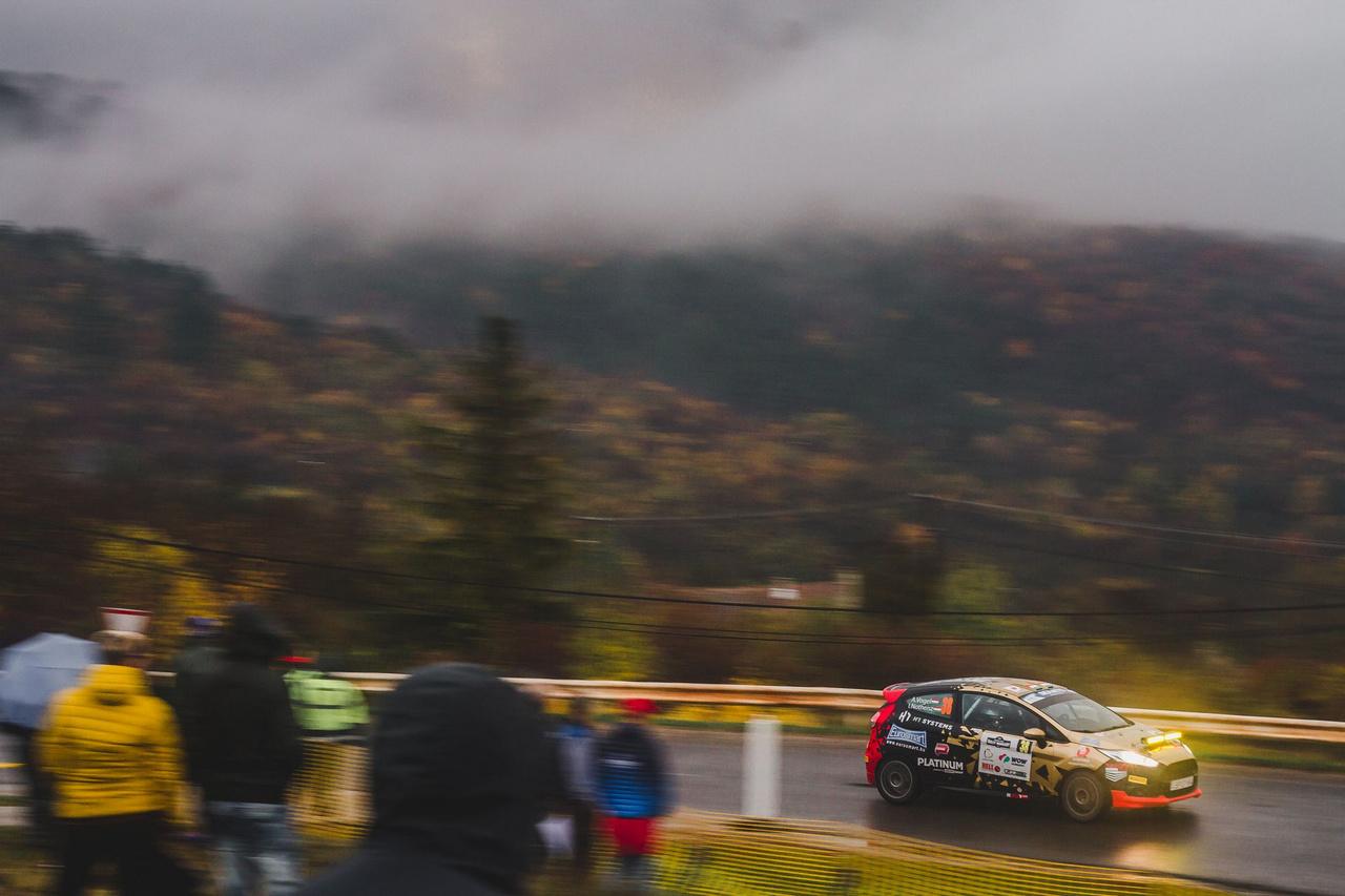 Az FIA ERC Ladies Cup történetének első magyar pontszerzőjeként zárta a hétvégi Rallye Hungary-t Vogel Adrienn és navigátora, Notheisz Ivett. A Roger Racing Team női párosa egy R2-es Ford Fiestával vett részt a 2019-es rali-Eb évadzáró nyíregyházi fordulóján, és az extrém időjárási körülmények közepette végig koncentráltan haladva úgy teljesítette az összesen 13 gyorsaságit, hogy a végén dobogóra állhatott.