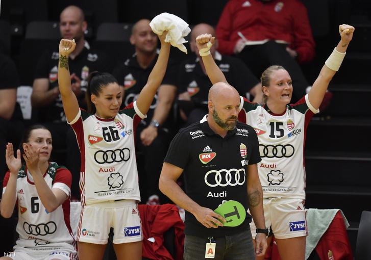 Schatzl Nadine, Lukács Viktória, Kim Rasmussen szövetségi kapitány és Klivinyi Kinga (b-j) az Ausztria - Magyarország női kézilabda világbajnoki selejtező mérkőzésen az ausztriai Grazban 2019. június 2-án