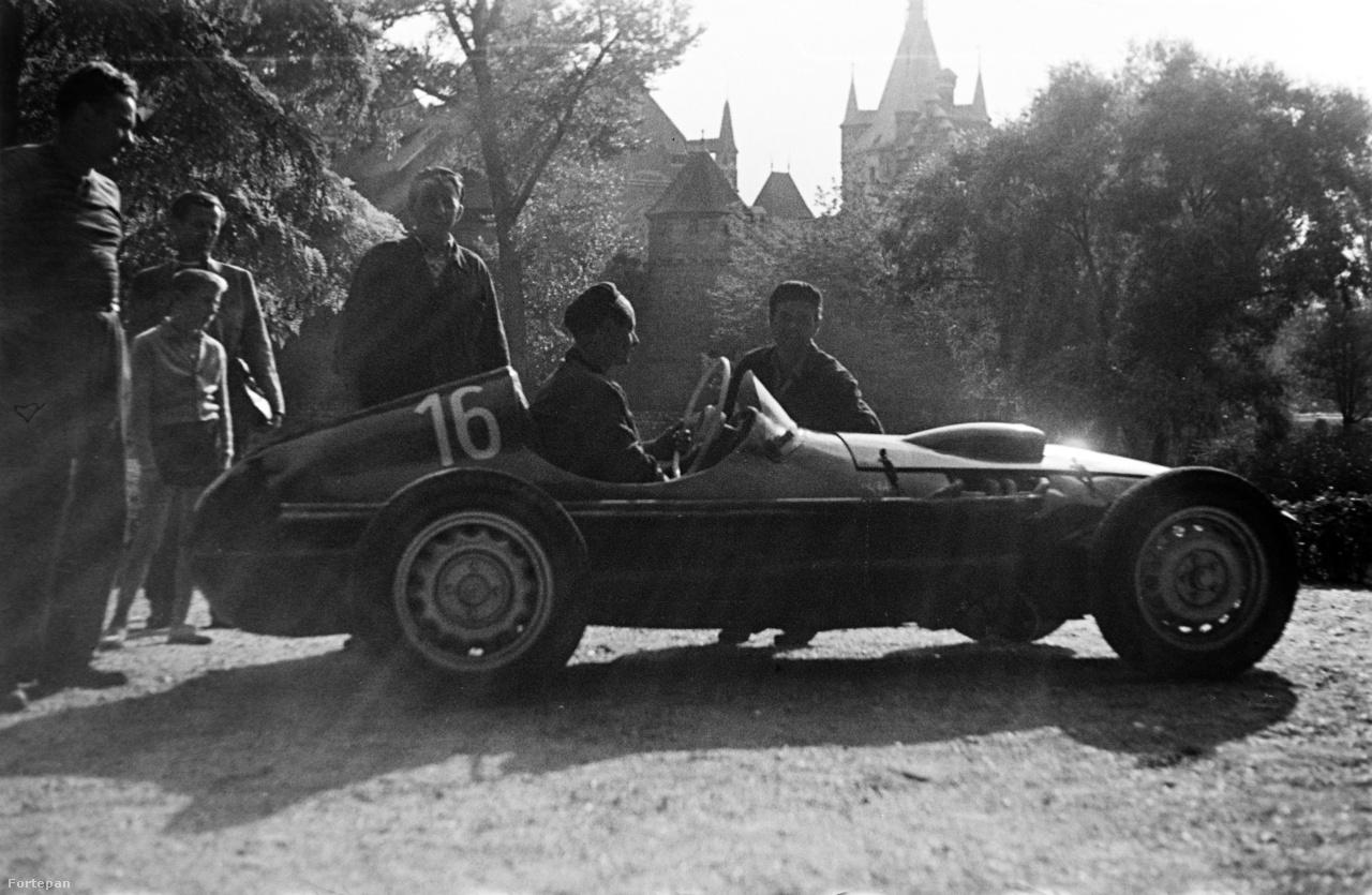 Tóth Gyula 16-os rajtszámú Skoda Special autójával a Városligetben.