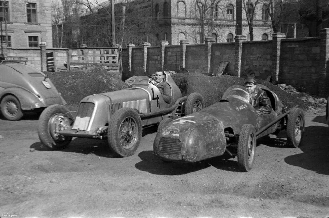 """1955 körül készülhetett ez a fotó a IV-es Számú Autójavító NV udvarán. 4-es rajtszámmal Széles Tibor (Maserati), mellette 14-essel az 1954-ben épített Aero Minor motoros """"Kis Négyes"""". Széles eredetileg ezzel versenyzett 1954-ben, de nem találta elég erősnek. Ő Wimmer András BMW-motoros versenyautójával akart vetélkedni, és ekkor került elő ismeretlen módon a Maserati, amire végül Széles átnyergelt."""