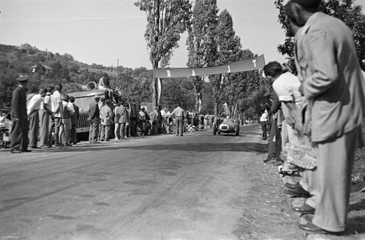 """Az Aero Minor motoros """"Kis Négyes"""" az 1957-es Tihanyi Nagydíjon. Azt hihetnénk, hogy a bal oldalon a teherautó, amit sokan takarnak az egy Csepel, pedig nem az, hanem egy kis sorozatban, elsősorban honvédségi célokra gyártott MÁVAG B5."""