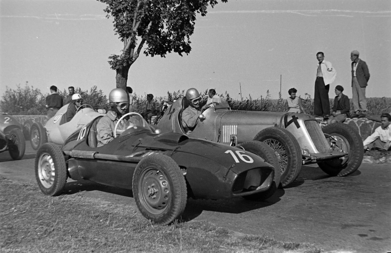 Ez a fotó már az 1958-as Tihanyi Nagydíj startja előtt készült. Az évszámról a második sorban a 27-es rajtszámú autó árulkodik: ugyanis ez az autó, Tárczik Béla Lancia motoros versenyautója amelyet az I-es Számú Autójavító NV-ben épített, egy évvel korábban, az 1957-es versenyen még a 17-es rajtszámot viselte. Az első sorban 16-os számmal Tóth Gyula (Skoda Special) mellette 4-es rajtszámmal Széles Tibor (Maserati).