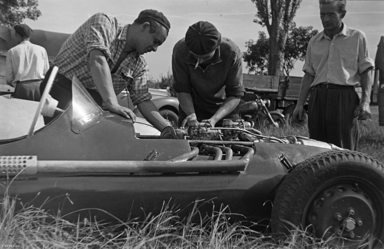 A Skoda Special motorját állítja be egy sztereotipikus szaki – svejcisapka: pipa, szájból lógó cigaretta: pipa.