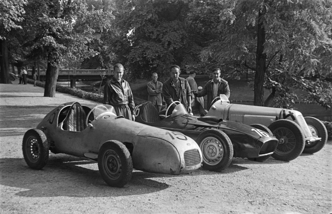 """1958, a Tihanyi verseny után. A kép bal oldalán az Aero Minor motoros """"Kis Négyes"""" immár 15-ös rajtszámmal, mellette Tóth Gyula 16-os rajtszámú Skoda Specialja, jobb oldalon a híres-neves Maserati."""