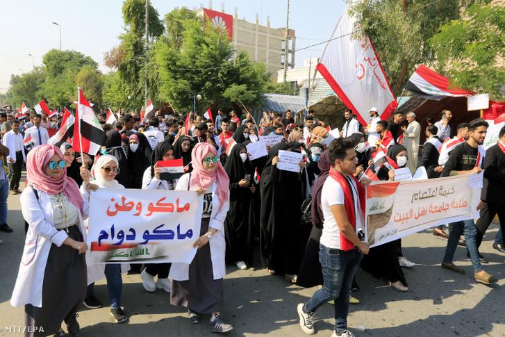 A Kerbelai Egyetem diákjai demonstrálnak a kormány ellen a dél-iraki Kerbelában 2019. november 3-án. Irak több városában október eleje óta zajlanak tüntetések a munkanélküliség a kormányzati korrupció és a hiányos közszolgáltatások miatt. Barhám Száleh iraki államfő október 31-i televíziós beszédében közölte hogy Ádil Abdel Mahdi miniszterelnök hajlandó lemondani azzal a feltétellel ha a parlamenti pártszövetségek megállapodnak hivatali utódjának személyéről.
