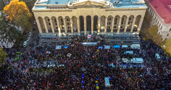 Grúz tüntetők a parlament előtt a vasárnapi tüntetésen