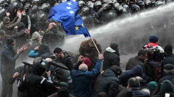 Tízezrek tüntetnek a grúz parlamentnél, könnygázzal és vízágyúval oszlatják a tömeget