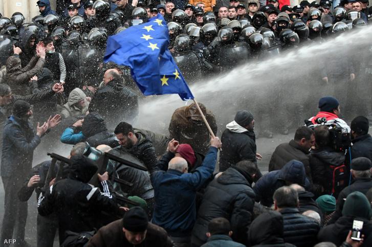 A kormány lemondását követelő tüntetőket oszlatnak vízágyúval Grúziában hétfőn