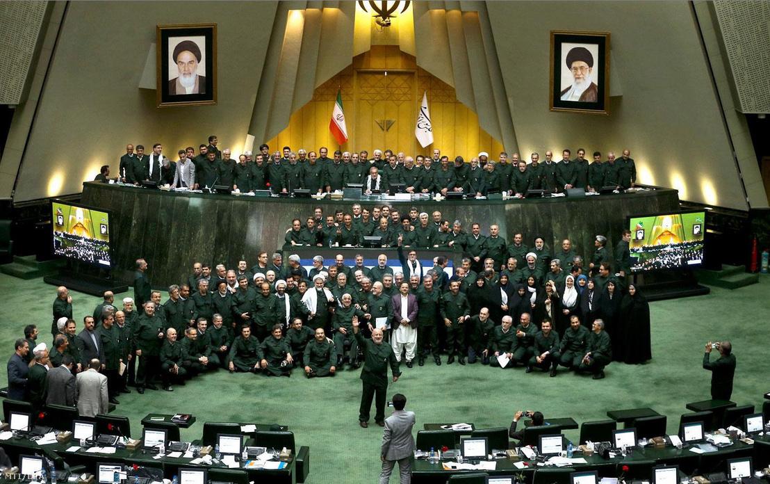 Az iráni parlament hírügynöksége az ICANA által közreadott képen az iráni Forradalmi Gárda egyenruháját viselik törvényhozók a teheráni parlamentben 2019. április 9-én. Az előző napon az Egyesült Államok terrorista szervezetnek minősítette az iráni hadsereg Forradalmi Gárda nevű szervezeti egységét. Válaszul Irán Legfelső Nemzetbiztonsági Tanácsa ugyancsak terrorista szervezetnek nyilvánította az amerikai hadsereget.