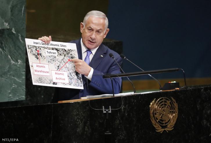 Benjámin Netanjahu izraeli miniszterelnök állítólagos iráni atomlétesítményt ábrázoló felvételeket mutat felszólalása közben az ENSZ-közgyûlés 73. ülésszakán 2018. szeptember 27-én.