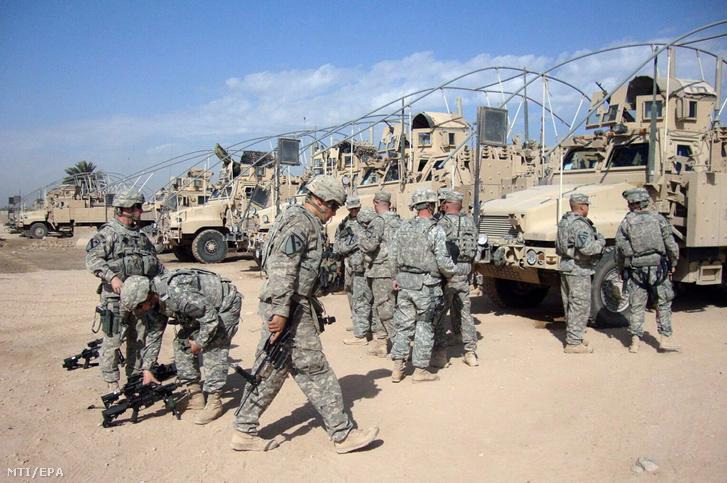 Amerikai katonák készülődnek hogy elhagyják a Calso támaszpontot az iraki fővárostól Bagdadtól délre eső Hilában. A támaszpontot az Egyesült Államok kivonulási tervének részeként adták át az iraki erõknek.