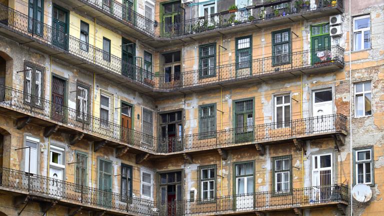 Az ég kék, a fű zöld, Magyarországon pedig milliók élnek drága és rossz lakásokban