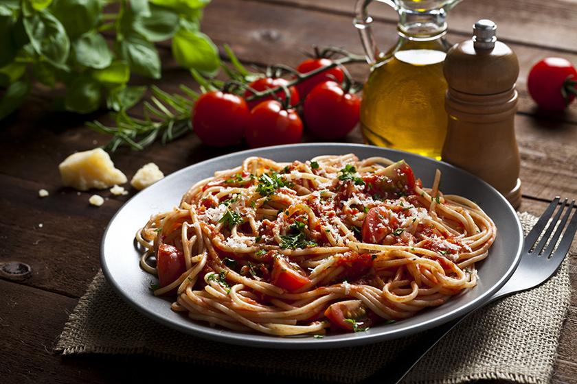 10 perces paradicsomos spagetti kakukkfűvel és parmezánnal