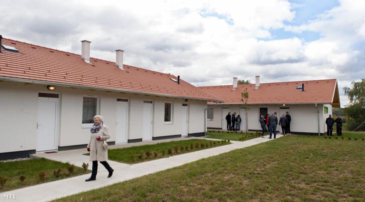 Új szociális bérlakások egyike Győrben 2016. október 5-én. Ezen a napon tizennyolc 50 négyzetméteres 15 szobás új építésű szociális bérlakást adtak át a város egyik lakóparkjában összesen 330 millió forint értékben. A lakások bérleti díja húszezer forint alatt van.