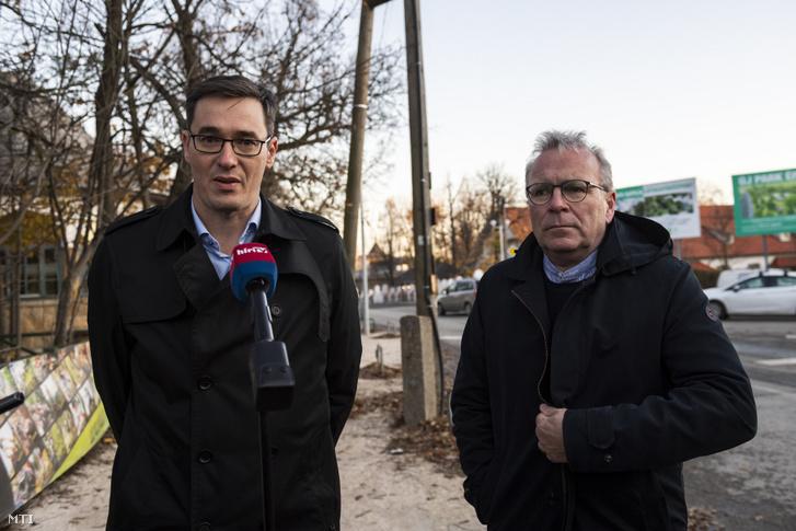 Karácsony Gergely főpolgármester (b) és Pokorni Zoltán, a Hegyvidék (XII. kerület) polgármestere sajtótájékoztatót tart a Normafán kialakítandó parkolóról folytatott egyeztetésüket követően a Normafa Síház mellett 2019. november 18-án.