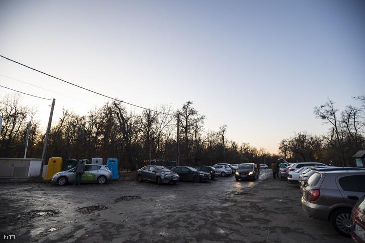 A Normafa közelében létesítendő parkoló miatt megszűnő jelenlegi parkoló a Normafa Síház mellett 2019. november 18-án.